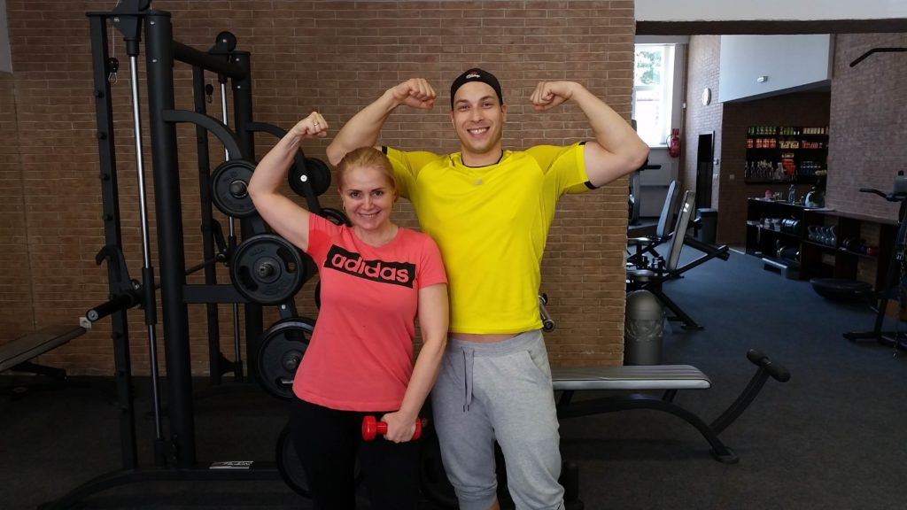 Porovnanie svalov - osobný tréner a herečka Zuzana Vačková