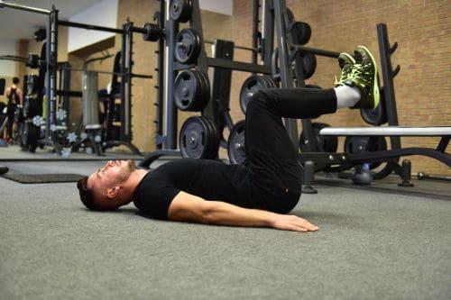 zdvihanie noh v lahu s ohnutymi nohami v kolenach cvik na brucho Michael Achberger