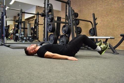 zdvihanie noh v lahu s ohnutymi nohami v kolenach cvik na brucho Michael Achberger (1)