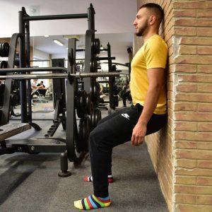 Výdrž v drepe pri stene, statický izometrický drep - technika cviku ako cvičiť pohyb.sk