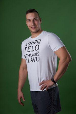 Pánske fitnes biele tričko s nápisom Zohrej telo schladíš hlavu od POHYBsk