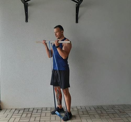 Bicepsový zdvih s expanderom popis a technika cviku na biceps