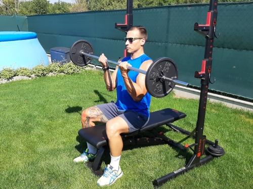 Bicepsový zdvih s veľkou činkou v sede - popis a technika cviku na biceps