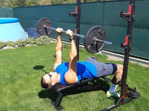 Francúzsky tlak s veľkou činkou v ľahu - cvik na triceps.