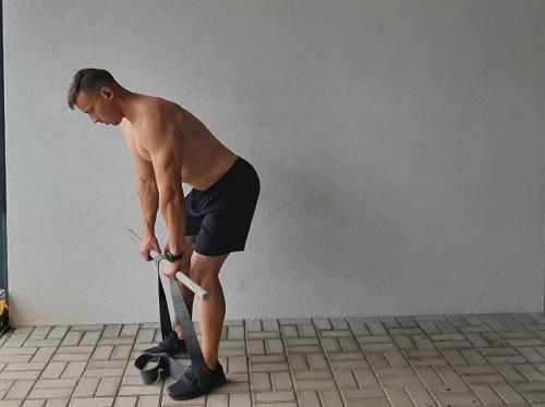 Príťahy expanderu v predklone s osou popis a technika cviiku na chrbát